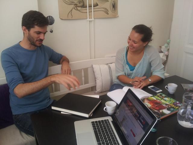 Designer Pedro och kocken Bianca funderar över en design 2014-06-25